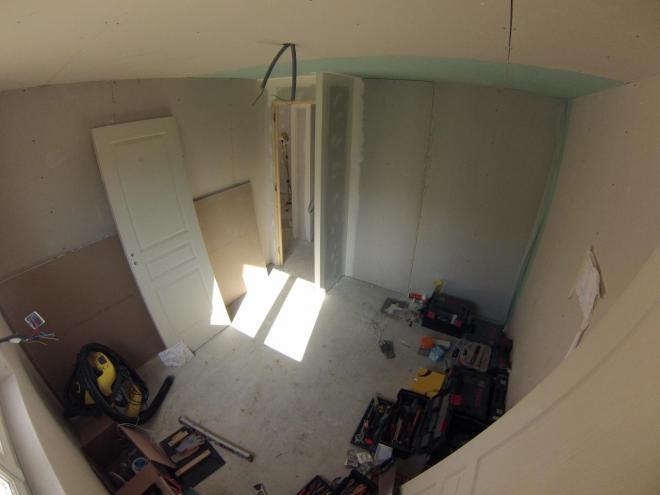 Chantier de rénovation d'une chambre avec espace dressing PENDANT