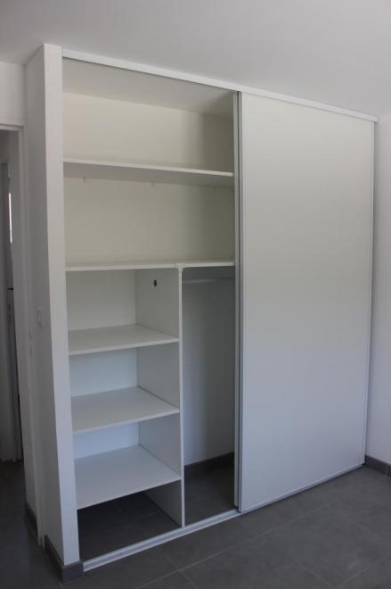 Chantier de rénovation d'une chambre avec espace dressing